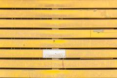 黄色土气木墙壁纹理 免版税库存图片