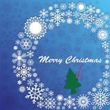 绿色圣诞树在白色花圈的信件垂悬了 免版税图库摄影