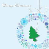 绿色圣诞树在花圈垂悬了 库存图片