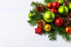绿色圣诞节装饰品、冷杉分支、红色星和中看不中用的物品 免版税库存图片