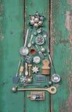 绿色圣诞节装饰 与老木和锡mi的Xmas树 免版税库存照片