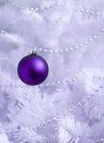 紫色圣诞节装饰 免版税库存照片