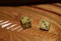黄色在一个木板切成小方块 库存图片