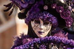 紫色被掩没的妇女画象 免版税库存图片