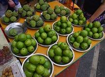 绿色在市场上被卖的苹果番石榴和番荔枝由板材 免版税图库摄影