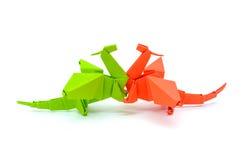 绿色在白色背景隔绝的origami和红色龙的照片  免版税库存图片