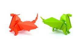 绿色在白色背景隔绝的origami和红色龙的照片  库存图片