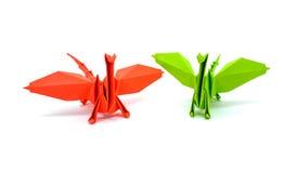 绿色在白色背景隔绝的origami和红色龙的照片  免版税图库摄影
