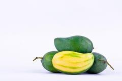 绿色在白色被隔绝的背景健康果子食物的芒果被剥皮的和三个新鲜的绿色芒果 免版税库存照片