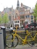 黄色在阿姆斯特丹中间骑自行车 免版税库存图片
