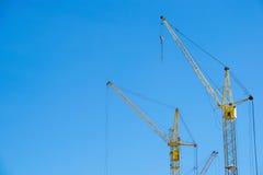 黄色在建造场所抬头反对蓝天 免版税库存照片
