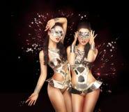 黑色坐戏剧性妖娆的礼服花梢女性屏蔽当事人 在闪耀的背景的歌舞女郎 图库摄影