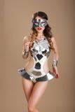 黑色坐戏剧性妖娆的礼服花梢女性屏蔽当事人 未来派玻璃和创造性的金属服装的妇女 库存照片