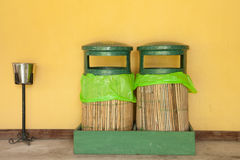 绿色垃圾桶和香烟处置 免版税图库摄影