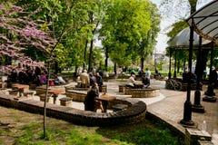 绿色城市公园充满人休息 免版税图库摄影