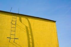 黄色墙壁和天空 免版税库存图片