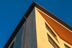 黄色墙壁在深蓝天下 库存照片
