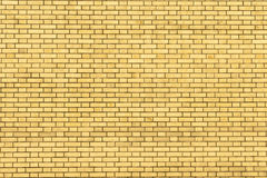 黄色墙壁由背景和纹理的砖制成 图库摄影
