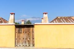 黄色墙壁&两个火山,安提瓜岛,危地马拉 库存照片