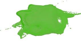 绿色墨水小滴落白色表面上 3d回报与非常高细节和阿尔法面具的液体compositing的 ver 皇族释放例证