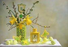 黄色复活节构成 库存照片