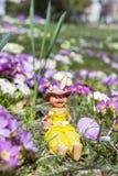 黄色复活节陶瓷兔宝宝用紫色鸡蛋 图库摄影