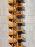 黄色外部台阶梯子 免版税库存照片