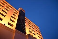 黄色大厦,蓝天。 免版税库存图片