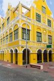 黄色大厦在威廉斯塔德在库拉索岛 图库摄影