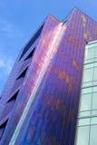 紫色大厦外部。 库存图片