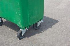 绿色大型垃圾桶 图库摄影
