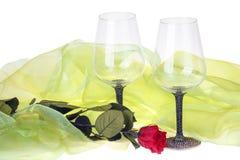 绿色天鹅绒围拢的两朵酒杯和红色玫瑰细节  库存照片