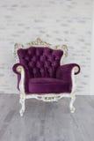从紫色天鹅绒的古色古香的椅子在绝尘室前面 图库摄影