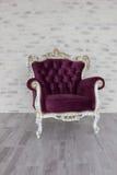 从紫色天鹅绒的古色古香的椅子在绝尘室前面 库存图片
