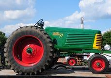 1954绿色奥利佛史东77古色古香的农用拖拉机 库存照片