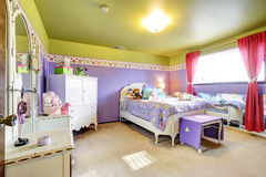 紫色女孩的孩子和有镜子的绿色卧室 库存照片