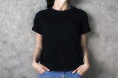 黑色女孩衬衣 免版税库存照片