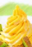 黄色奶油漩涡与猕猴桃的 库存图片