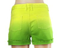 绿色妇女牛仔裤短裤。 免版税库存图片