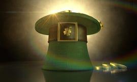 绿色妖精帽子充满金币 免版税库存照片