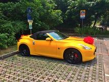 黄色婚礼汽车 免版税图库摄影