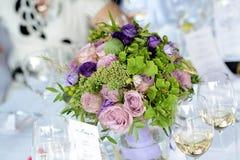紫色婚礼花束焦点 免版税库存图片