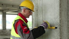 黄色安全帽的工作者有在建筑工地的水平的 影视素材