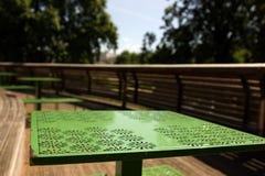 绿色室外桌 图库摄影