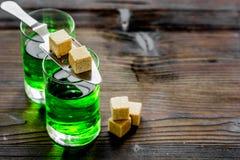 绿色射击用在匙子的糖在桌文本的背景空间 免版税库存照片