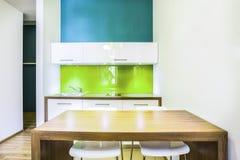 绿色小厨房在旅馆客房 库存照片