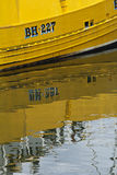黄色小船反射在水中在Eyemouth,苏格兰,英国 07 08 2015年 图库摄影