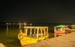 黄色小船和河在晚上 免版税库存图片