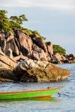 绿色小船在海洋 免版税库存图片