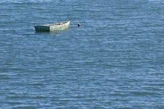 绿色小船大海 免版税库存图片